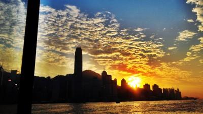 Sunset di atas ferry menuju Wanchai. Asik yak? 2,5 HKD ajah!
