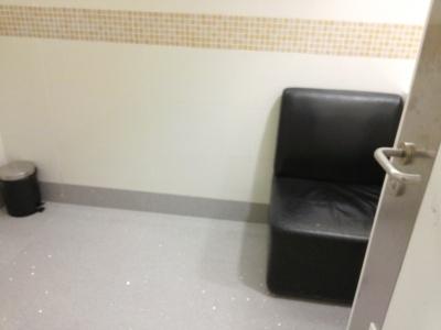 Kursi, lantai, ruangan yang hangat dan kunci di pintu. Hepi!!