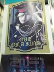 Poster GD yang ditandatanganin di GS depan YG!