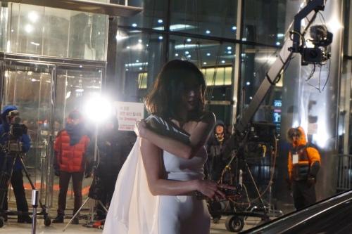 Jun Jihyun super deket! Dia cuma pake dress tipis di suhu sedingin ini~~
