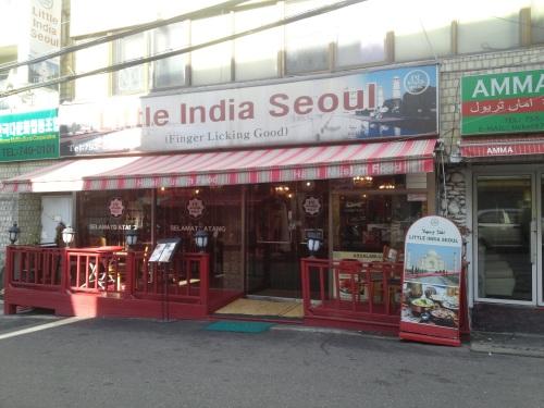 Tempat makan yang kayak gini banyak di sepanjang Itaewon. Tapi ya harganya standar Seoul, 1 porsi 10-25rb KRW