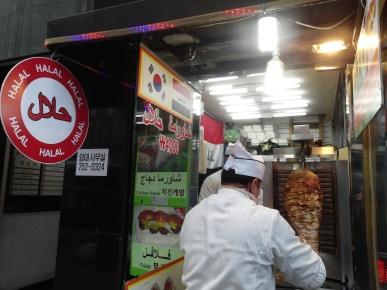 Toko kebab halal di Nandaemun Market, persis di pinggir jalan gede. Deket deretan toko kamera.